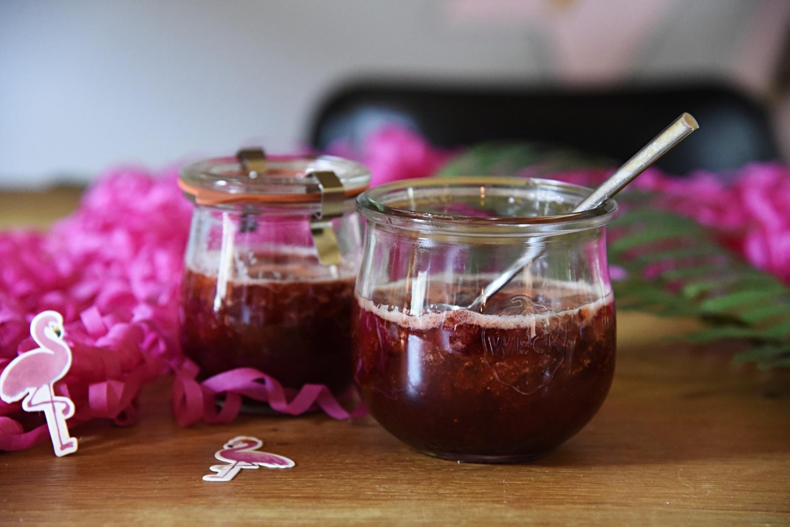 Erdbeerenmarmelade mit Rose